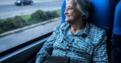 Idoso com direito a vaga gratuita em ônibus interestadual não precisa pagar taxas de pedágio e embarque